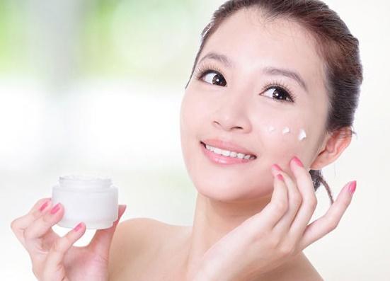 Dưỡng ẩm là bước chăm sóc da cần thiết mỗi ngày.