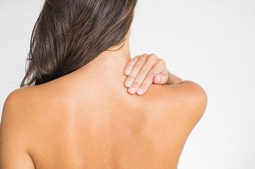 Làm sạch da thật kỹ để mụn lưng không có cơ hội phát triển.