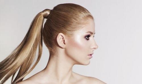 Buộc tóc gọn gàng tránh tình trạng mụn xuất hiện ở lưng