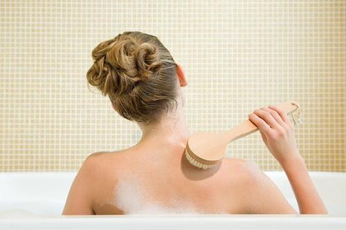 Làm sạch vùng lưng mỗi ngày giúp hạn chế xuất hiện tình trạng mụn lưng sau khi sinh