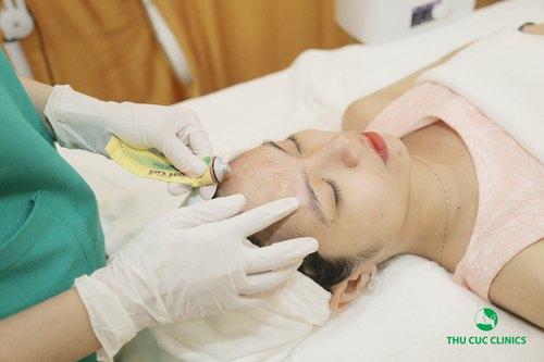 Đối với các nốt mụn viêm, cô nàng được sử dụng thiết bị đốt điện cực tím và thoa thuốc đặc trị.