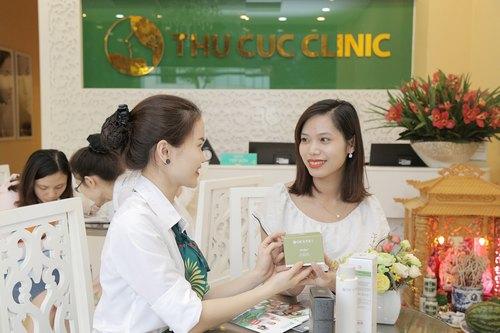 Trước khi kết thúc quy trình trị mụn bằng công nghệ Blue Light tại Thu Cúc Clinics, Lan Hương được sử dụng sản phẩm dưỡng da cao cấp và tư vấn kỹ lưỡng về cách chăm sóc sau khi điều trị.