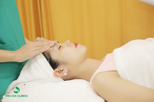 Sau thăm khám và tư vấn ban đầu, làn da của Diệu Linh được chuyên gia xác định là tình trạng mụn cấp. Tiếp đó, cô bạn nhanh chóng bắt đầu quá trình trị mụn với bước làm sạch da mặt với sản phẩm phù hợp.