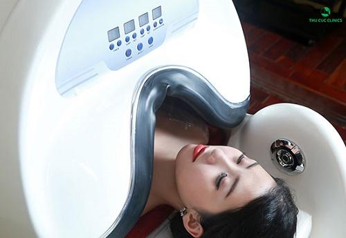 Phương pháp tắm trắng phi thuyền ức chế lượng melanin sản sinh quá mức, làm mờ đốm đen sẫm màu trên bề mặt da.