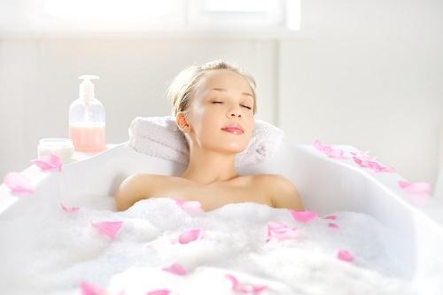 Để tắm trắng an toàn, bạn nên lựa chọn các spa làm đẹp uy tín với phương pháp tắm trắng hiệu quả.