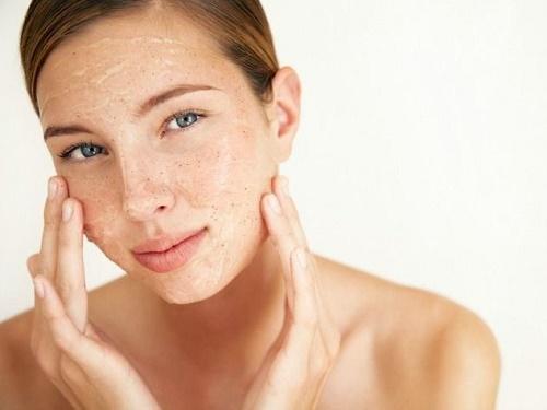 Tẩy tế bào da chết loại bỏ lớp sừng, giúp thúc đầy quá trình tái tạo da mới.