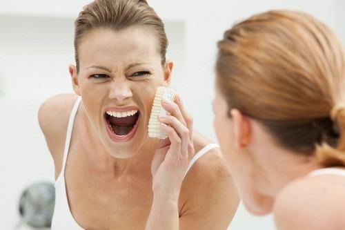 tẩy da chết đều đặn nhằm giúp làn da được làm sạch, mịn màng tươi sáng