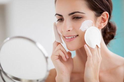 Tẩy da chết giúp làm sạch da, loại bỏ các tế bào già cỗi dư thừa.
