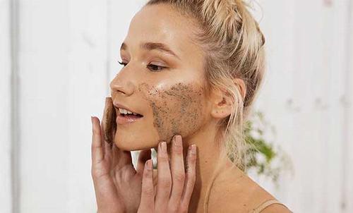 nên áp dụng các phương pháp tẩy da chết từ thiên nhiên, tránh sử dụng các loại mỹ phẩm