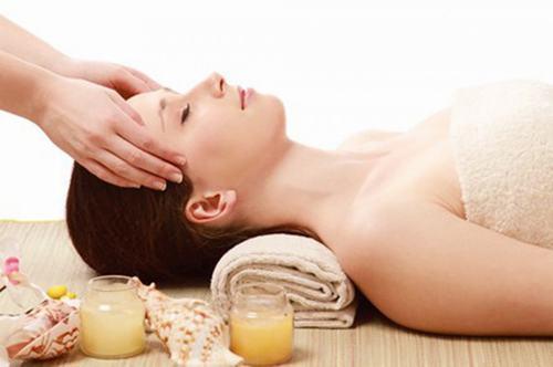 Bạn nên tới các spa làm đẹp uy tín để được các chuyên gia chăm sóc da mặt tốt nhất.