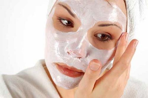 Sử dụng sản phẩm tẩy da chết phù hợp với làn da và có chiết xuất hoàn toàn từ thiên nhiên.