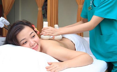 Tẩy da chết thư giãn bằng sữa gạo mật ong giúp loại bỏ bã nhờn và bụi bẩn trên da.