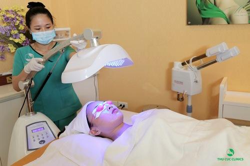 Khách hàng đang trải nghiệm liệu trình trị mụn tại Thu Cúc Clinics