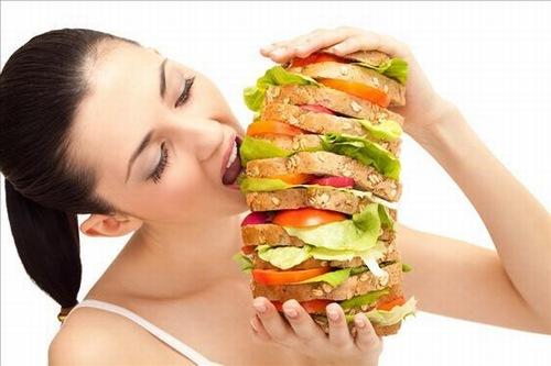 Xây dựng chế độ ăn uống không hợp lý là nguyên nhân khiến làn da nổi mụn