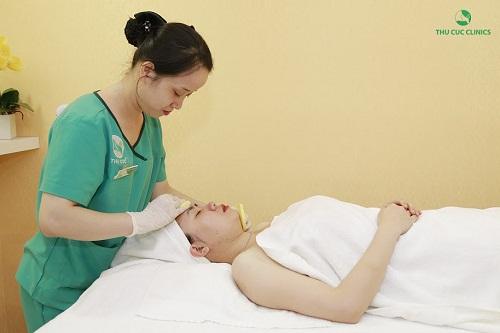 Các chuyên viên đang tiến hành làm sạch da trước khi tiến hành trị mụn thịt bằng công nghệ Laser CO2