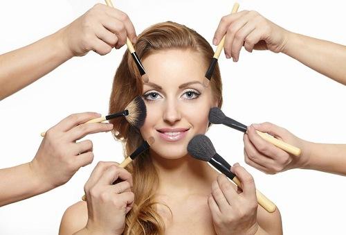 Sử dụng nhiều mỹ phẩm là một trong những nguyên nhân khiến mụn xuất hiện