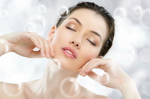 Cung cấp độ ẩm cho làn da bằng cách áp dụng các loại mặt nạ dưỡng.
