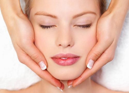 Tẩy tế bào chết là vô cùng cần thiết nhằm làm sạch da, khiến các lỗ chân lông được thông thoáng.