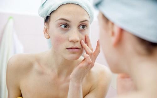 Tẩy tế bào chết giúp làn da hấp thụ các chất dinh dưỡng tốt hơn.