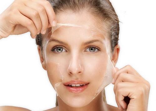 Tẩy da chết giúp thúc đẩy quá trình phát triển tế bào mới diễn ra nhanh hơn.