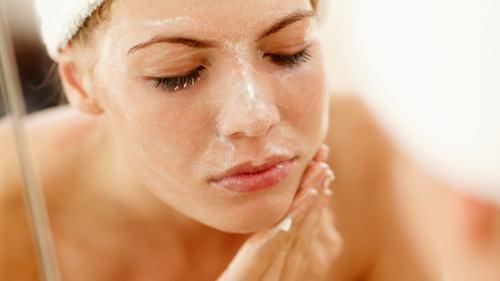 Làn da khô cần được tẩy da chết 1-2 lần/tuần, giúp làn da loại bỏ các lớp vẩy dư thừa.