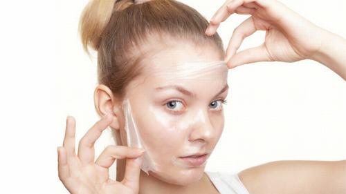 Bạn không nên thực hiện tẩy da chết quá nhiều trong thời gian này vì có thể gây bào mòn da.