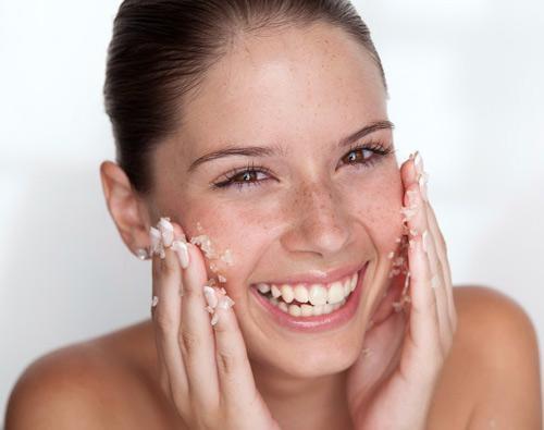 Đối với làn da bị mụn, bạn chỉ nên áp dụng việc tẩy tế bào chết 1 tháng/lần