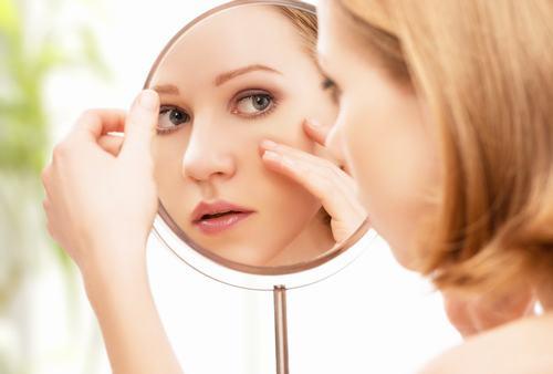 Đối với làn da đang bị mụn và viêm nhiễm, bạn nên hạn chết việc tẩy tế bào chết, chỉ nên thực hiện 1 tháng/lần.