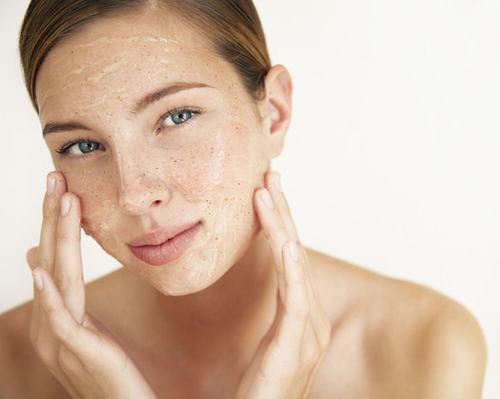 Tẩy tế bào chết giúp làn da tươi sáng mịn màng mà còn giúp cải thiện sắc tố da.