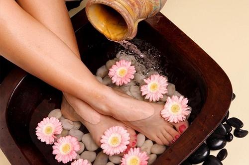 Cũng giống như các vùng da khác trên cơ thể, vùng da chân cũng cần được tẩy da chết đều đặn.