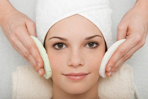 Việc tẩy tế bào chết sẽ giúp làm sach da, thông thoáng lỗ chân lông.