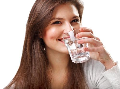 Bổ sung nước đầu đủ sau khi điều trị mụn thịt trên mặt