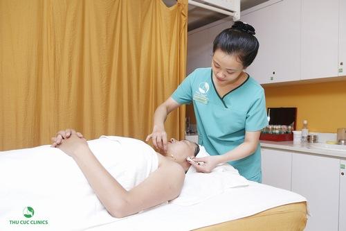 Khách hàng được thoa tê trước khi trị mụn thịt tại Thu Cúc Clinics