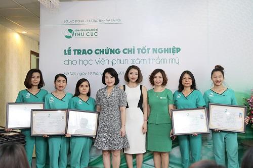 Nhận chứng chỉ hoàn thành khóa học tại Thu Cúc Clinics.