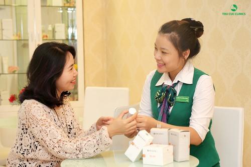 Chuyên viên Thu Cúc Clinics tư vấn khách hàng lựa chọn sản phẩm chăm sóc da phù hợp