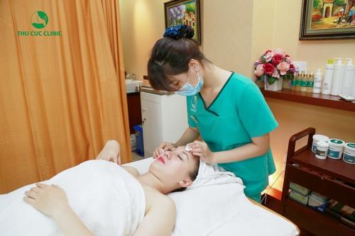Tại Thu Cúc Clinics, chuyên viên thực hiện các bước chăm sóc da dầu đúng quy trình, sử dụng mỹ phẩm cao cấp