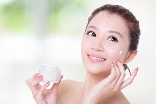 Kem dưỡng ẩm hoặc kem chống nắng có tác dụng như 1 tấm màng chắn bảo vệ da tốt hơn trước tác hại của máy tính gây ra.