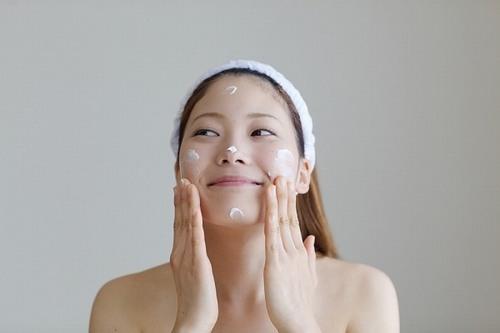 Thoa các sản phẩm kháng khuẩn lên da sẽ tạo lớp màng bảo vệ da