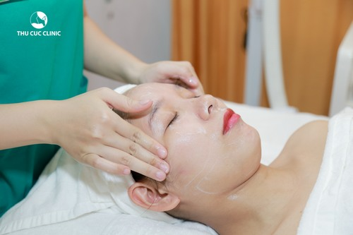 Khách hàng trải nghiệm chăm sóc phục hồi da nhạy cảm bằng tinh chất việt quất đen