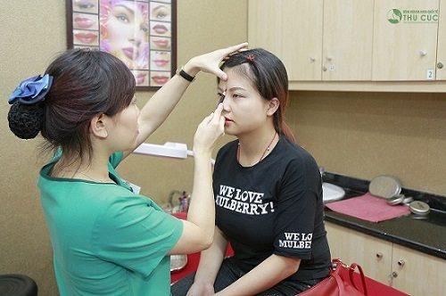 Khách hàng được chuyên viên tiến hành đo vẽ trước khi thực hiện điêu khắc lông mày.