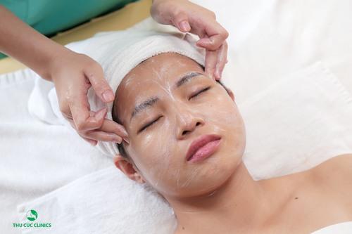 Khách hàng trực tiếp trải nghiệm dịch vụ chăm sóc da mặt ở Thu Cúc Clinics Bắc Giang