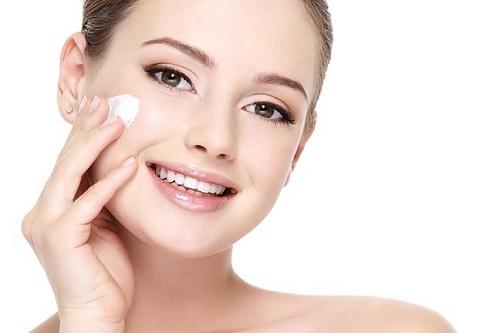 Tẩy da chết thúc đẩy quá trình hình thành tế bào mới và giúp làn da hấp thụ các chất dinh dưỡng tốt hơn.