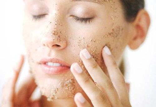 Tẩy da chết sẽ giúp lấy đi các tế bào dư thừa trên da, làm sạch da, giúp thông thoáng các lỗ chân lông.