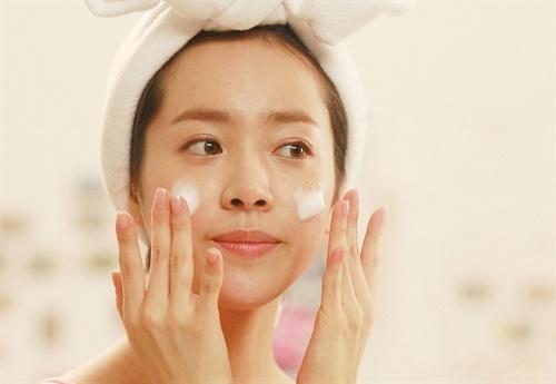 Tẩy da chết giúp làn da mịn màng, tươi sáng và hấp thụ các chất dinh dưỡng tốt hơn.