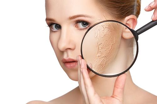 Tẩy da chết còn khiến làn da hấp thụ các chất dinh dưỡng được tốt hơn, giúp làn da mịn màng và tươi sáng.