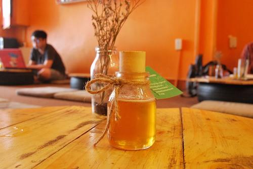 Không chỉ có công dụng dưỡng ẩm, làm trắng da, mật ong còn được sử dụng để xóa vết xăm, loại bỏ tạp chất trên da.