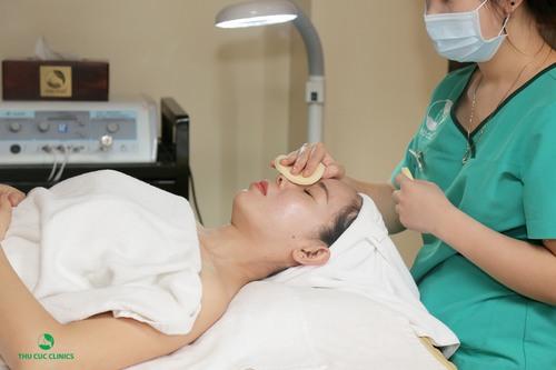 Theo ý kiến của các chuyên gia da liễu, nếu tới spa chăm sóc da thì bạn nên thực hiện khoảng 1 lần 1 tuần