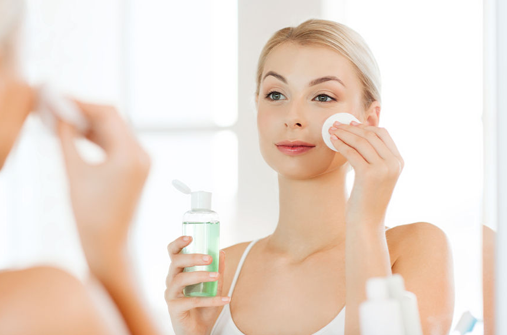 Làm sạch da thường xuyên giúp ngăn ngừa tình trạng mụn trứng cá xuất hiện và lan phát