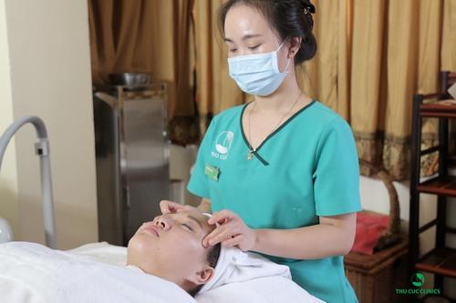 Trong quá trình chăm sóc da mặt, chuyên viên sẽ kết hợp ấn huyệt, massage nhẹ nhàng để các cơ được thư giãn