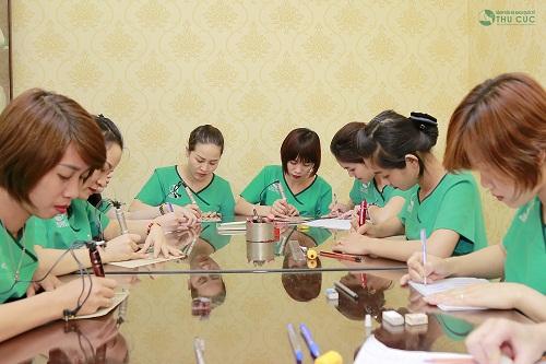 Khóa học phun xăm thẩm mỹ tại Thu Cúc quy mô nhỏ giúp học sinh và giảng viên tương tác tốt.